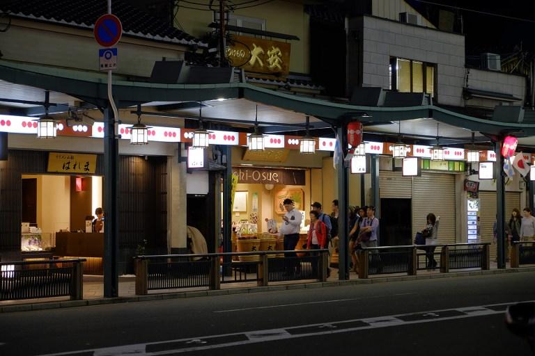 Fujifilm X-T1 + XF 16-55mm WR, @55 mm, F2.8, ISO 640, 1/40 sec, hand-held. Gion, Kyoto, Japan.
