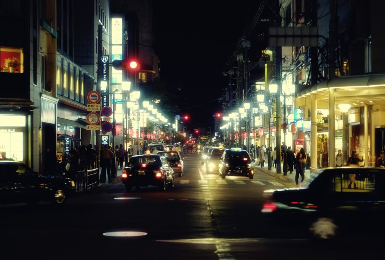 Fujifilm X-T1 + XF 16-55mm WR, @55 mm, F2.8, ISO 500, 1/40 sec, hand-held. Downtown, Kyoto, Japan.