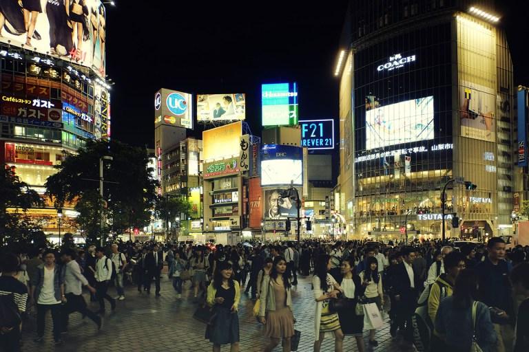 Fujifilm X-T1 + XF 16-55mm WR, @16 mm, F2.8, ISO 400, 1/52 sec, hand-held. Shibuya, Tokyo, Japan.