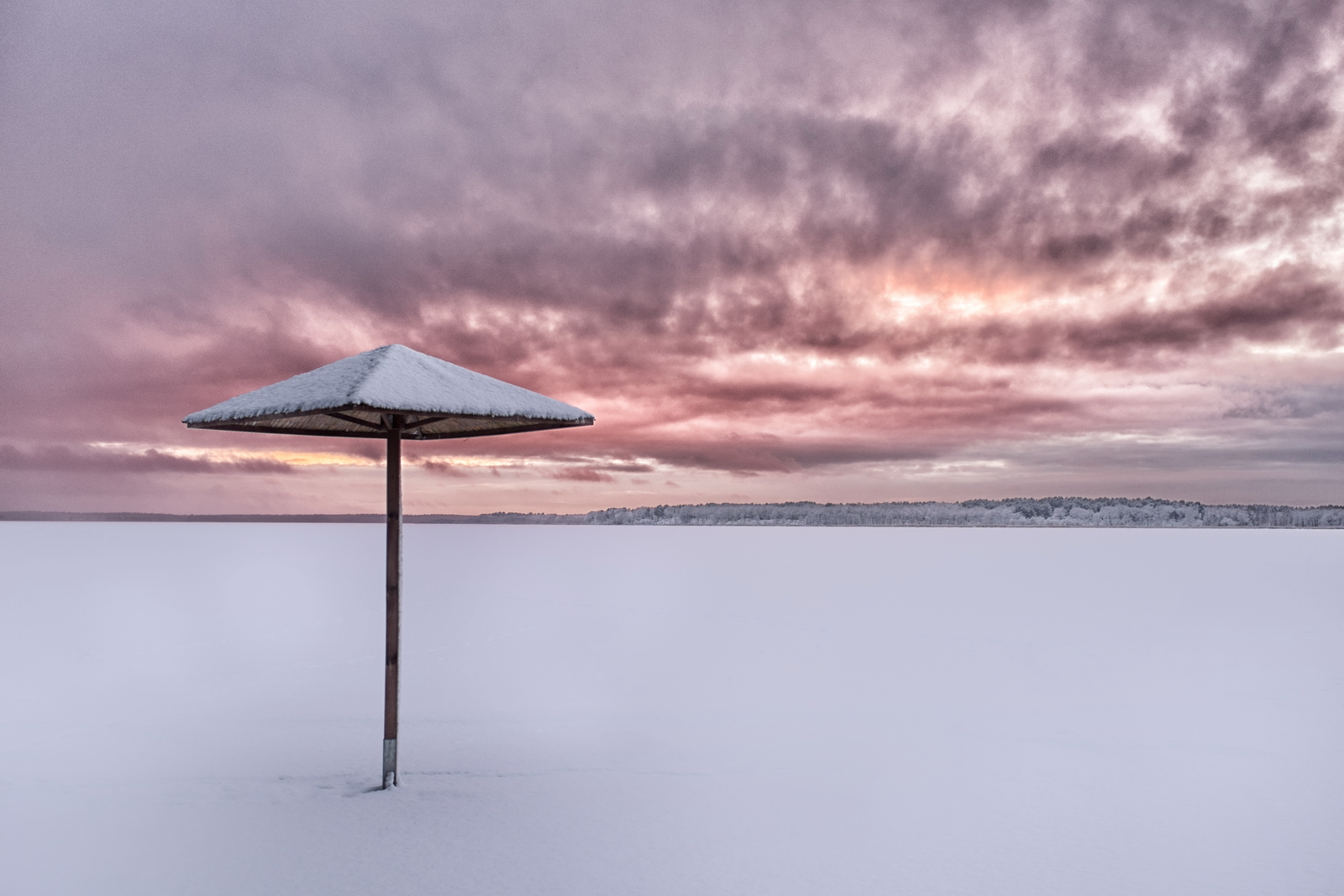 Nowowarpieńskie Sunset –beach and the frozen lake Nowowarpieńskie just after the snowfall on Sunset. Fuji X100s, 1/100s, f8, ISO 200